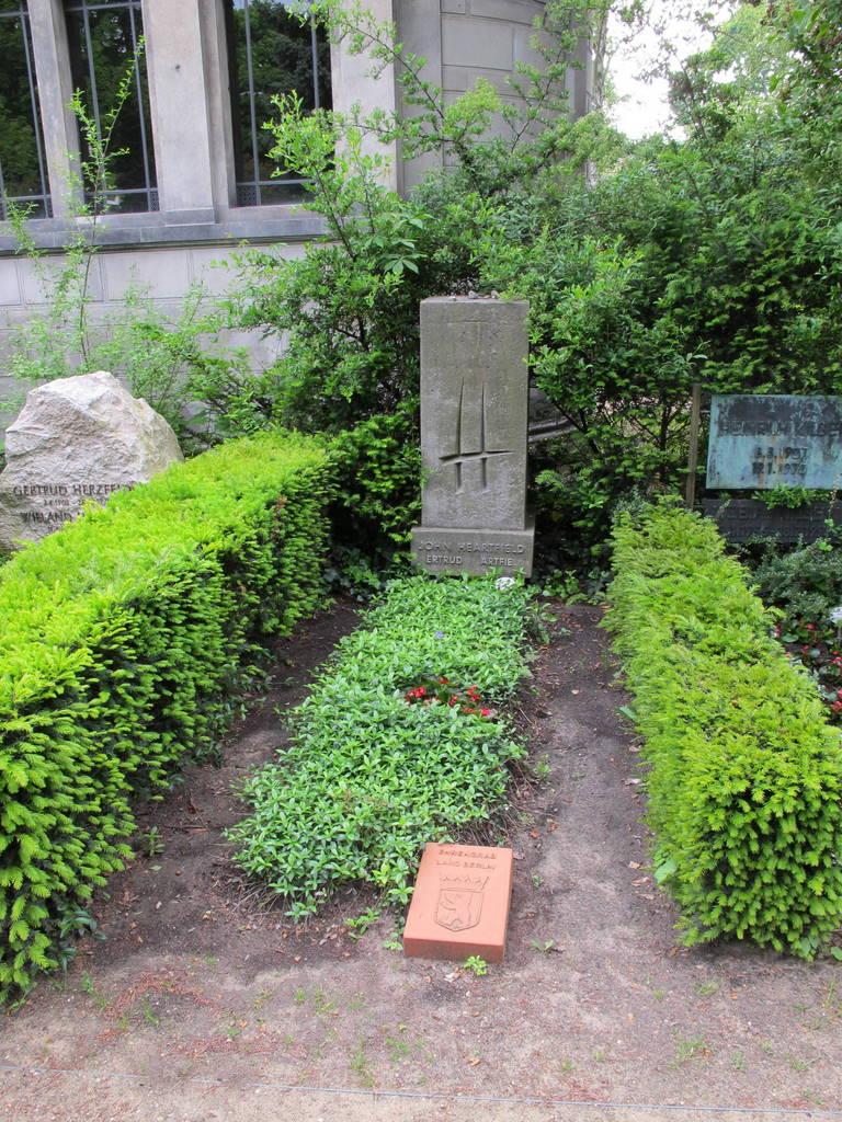 Dorotheenstaedt Friedhof Heartfield Grave