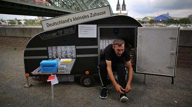 Der-koelner-maik-stolze-vor-seinem-mini-eigenheim-